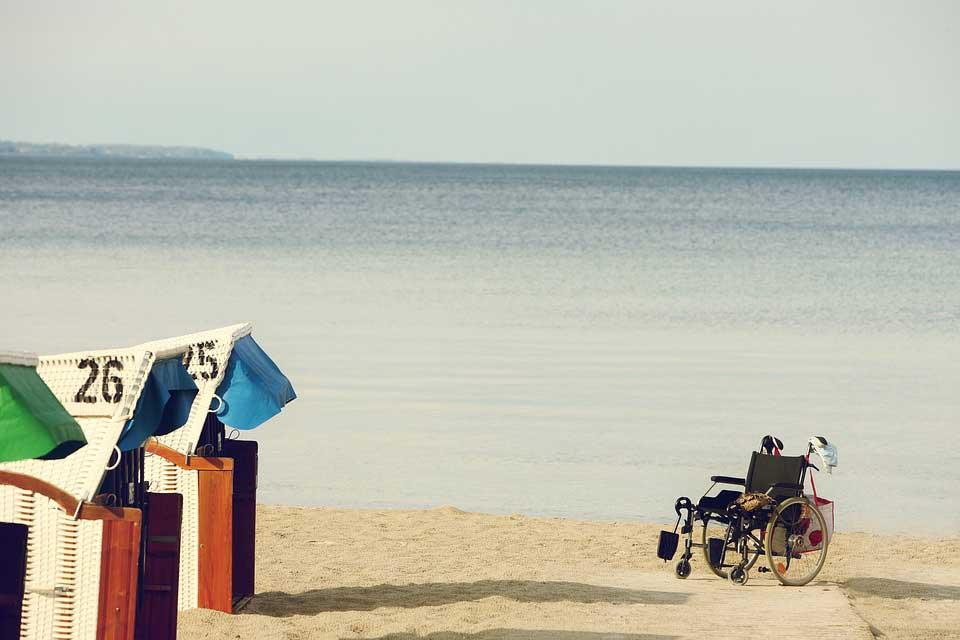 spiaggia per i bambini in sedia a rotelle